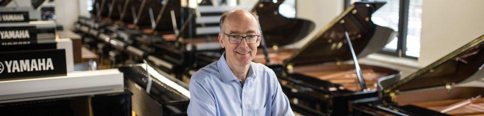Piano Hölzle - Mann vor Klavier