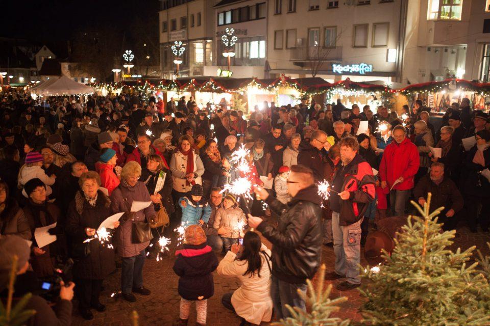 Weihnachtsmarkt - viele Menschen