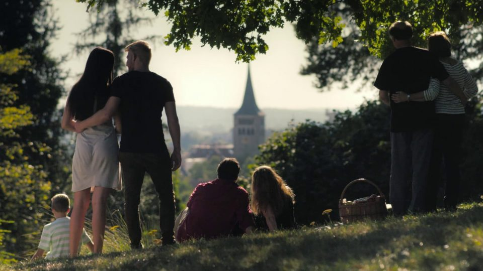 Menschen am Aussichtspunkt Martinskirche