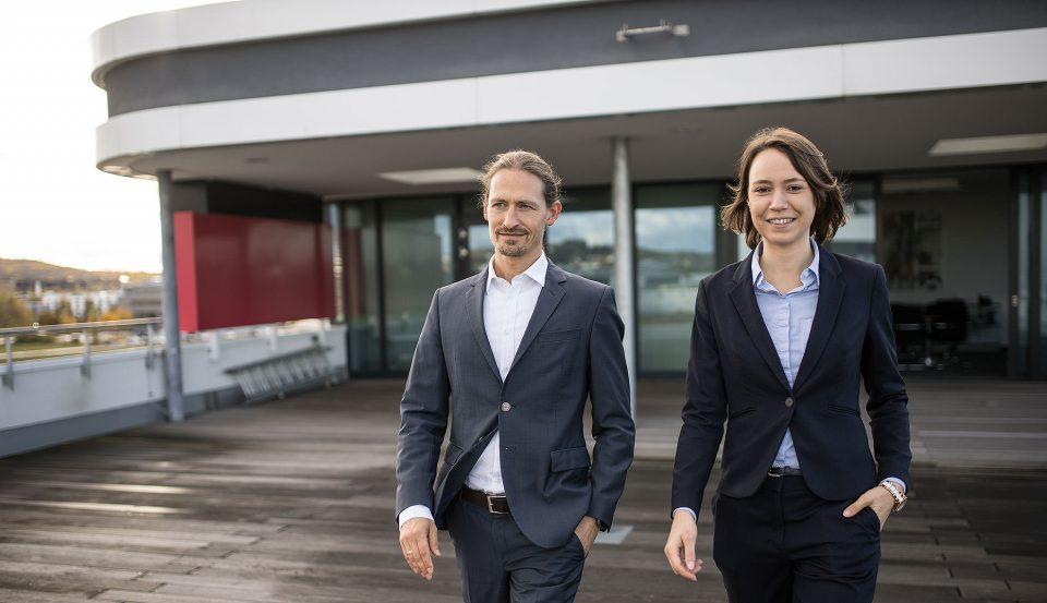 Sascha Dorday und Janina Reimold auf dem Flugfeld
