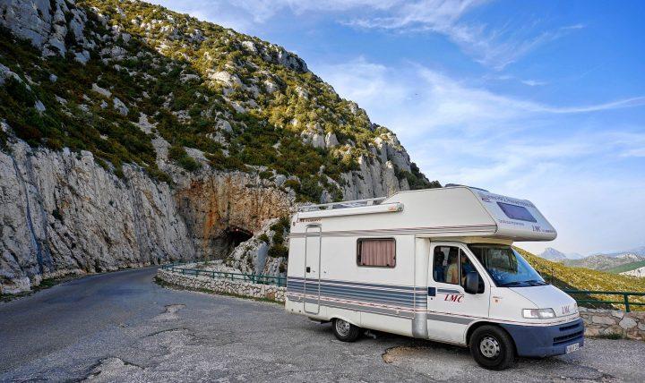 Wohnmobil auf Straße im Gebirge