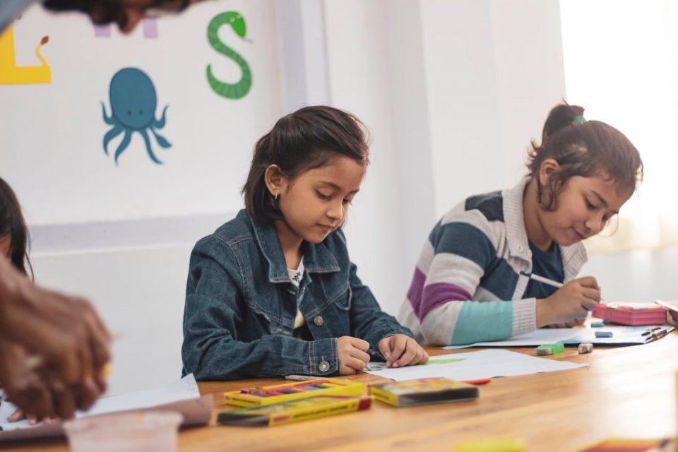 Zwei Mädchen machen Hausaufgaben
