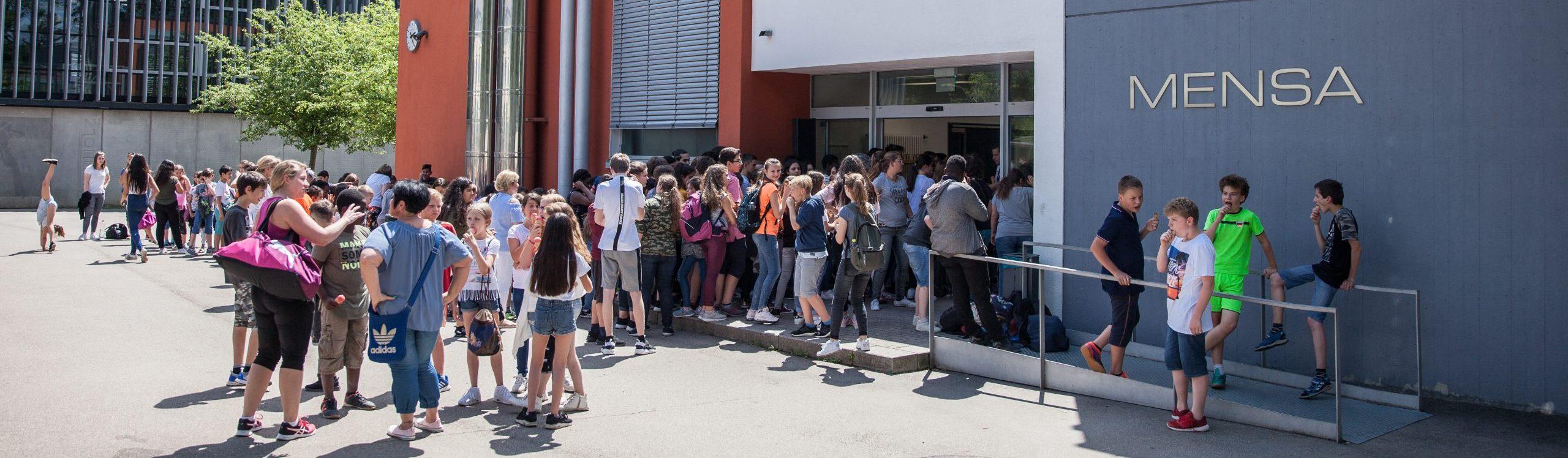 Schüler vor dem Mensa Eingang