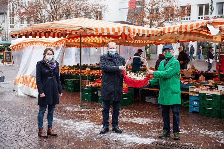 Nikolaus-Aktion auf den Wochenmärkten 2020, Übergbe Schoko-Nikoläuse am 01.12.2020