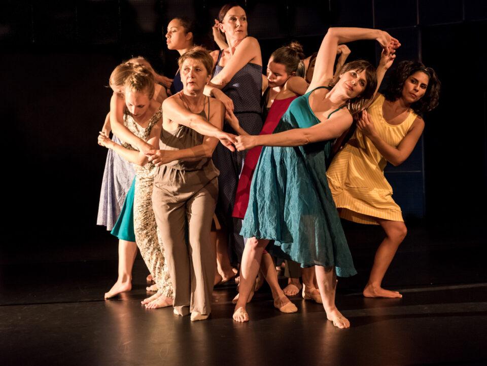 Tanzauffuehrung_ Taenzerinnen auf der Buehne
